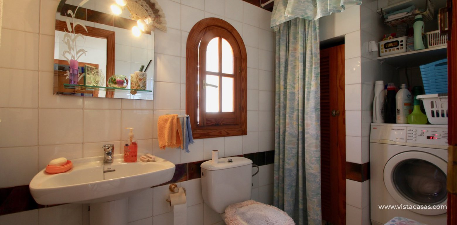 Frontline golf villa for sale in Villamartin bathroom